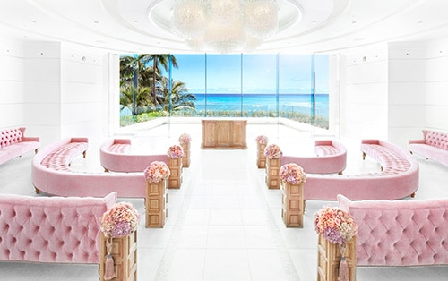 シェラトン・ワイキキ・ホテル内にあるチャペル。室内は、ピンクベージュのラウンドソファに貝殻があしらわれたシャンデリアが設置され、誰もが優しい笑顔になれる空間。前面に広がるクリスタルブルーの海が、二人の未来を素敵に演出してくれます。