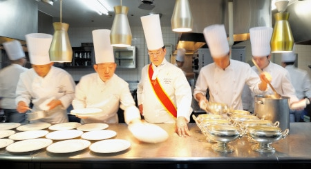 「ホテルオークラ東京ベイ」の新・総料理長を記念して、2日間限定ディナーと豪華食材の婚礼コースが登場