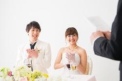 cce936cbfca86 披露宴の冒頭で媒酌人(いる場合)や主賓の挨拶があります。その際、新郎新婦と一緒に両家の親も起立して挨拶を聞くのがマナーです。会場スタッフが起立するように促して  ...