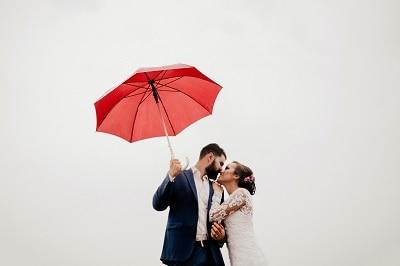 雨の日の結婚式は縁起がいい?