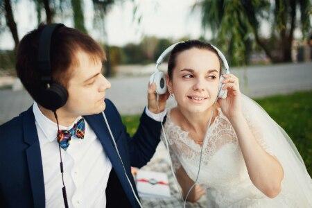 2b18dbef5fe0b  2018年版 結婚式に使いたい「最新のオススメ曲・BGM」と「シーン別選曲のコツ」.  shutterstock 512928304 450 300.jpg. 結婚式 ...