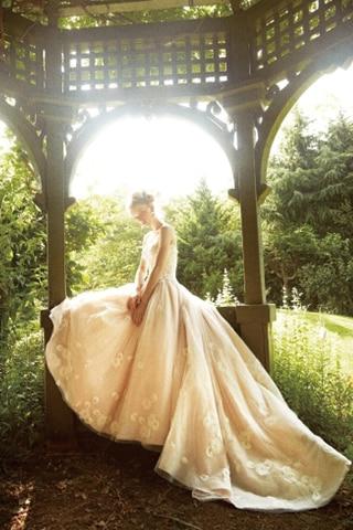 236abe68c8317 大人花嫁に似合うディテール③ 白いドレスが気恥ずかしいときはベージュやゴールドを選んで