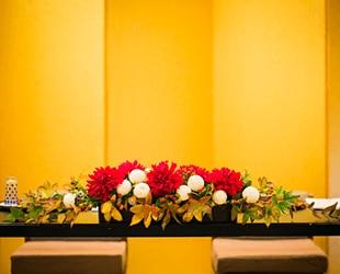 e76737f4c ... の装花を和にすると統一感ある和婚に。さらに和食や抹茶のウエディングケーキ、鏡開きなど料理も演出も取り入れ方は実は多いもの。