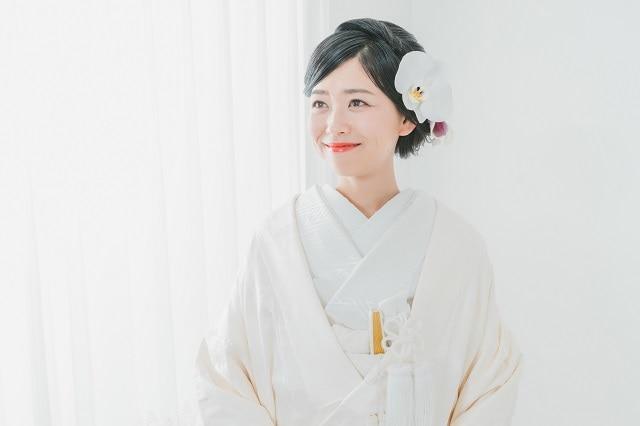 95eececf1b25f 日本の伝統的な結婚式の衣装といえば和装。古くから受け継がれてきた美しい着物は、本物志向の花嫁からも人気。とはいえ、和装には白無垢や色打掛、引き振袖など種類が  ...