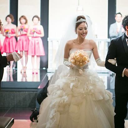神秘的なチャペルに映える美しい花嫁姿と幸せの笑顔