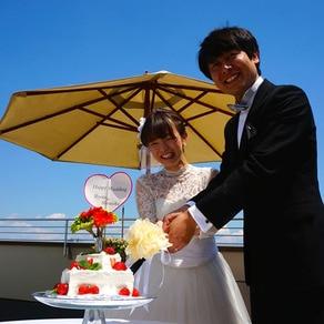 ケーキ入刀の背景は 真っ青な青空!