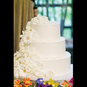 花嫁の友人がサプライズで用意した気持ちのこもったウエディングケーキ
