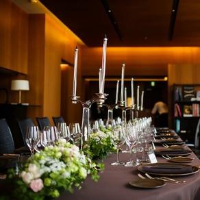 洗練された長テーブルの装花コーディネート