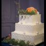 会場装花とコーディネートしたスクエアで3段のウエディングケーキ