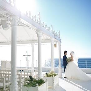 海沿いチャペルで美しく見える、無造作感が計算されたウエディングドレス