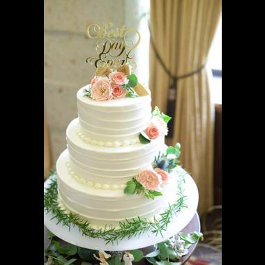 ケーキトッパーでウエディングケーキをふたりらしく
