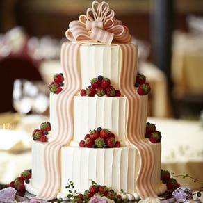 誰もが思い描く王道の3段ウエディングケーキに愛らしいリボンを添えて