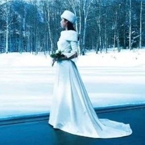 ファーのケープをプラスして雪景色の中でも心温まるドレス姿を