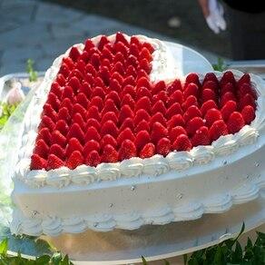 真っ赤ないちごで作ったキュートなハートのケーキで幸せ気分をゲストにも