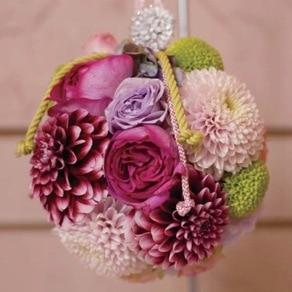 菊とバラを組み合わせた手毬のような形が愛らしい和ブーケ
