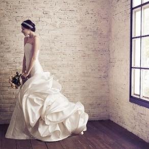 バックスタイルが美しく薫る高貴なバラをモチーフにした洗練を極めたサテンドレス