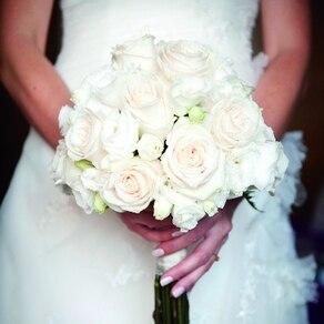 淡い色のピンクと白のバラが美しく彩る上品なブーケで甘い香りの幸福感に包まれて