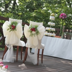 新郎新婦の席にふんわりチュールを纏わせて高原の風を感じる演出に