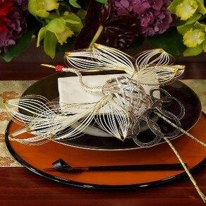 信州の伝統工芸である水引細工で創られた縁起物がテーブルを彩って