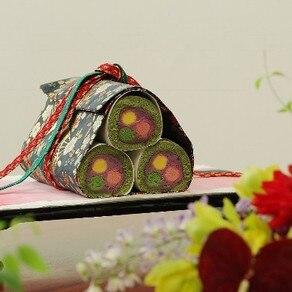ふたりの物語を紡ぐ絵巻物を表現したロマンティックなケーキ