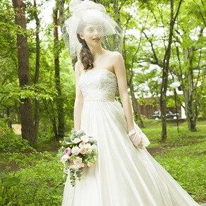 レースやオーガンジーを贅沢に使用したやわらかなドレス