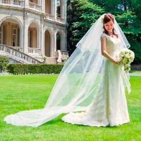 優しく降り注ぐ陽光や緑、爽やかな空気感に溶けこむナチュラルなドレス姿