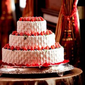 クラシカルな雰囲気にあえて可愛らしさを潜ませるケーキでの粋な演出