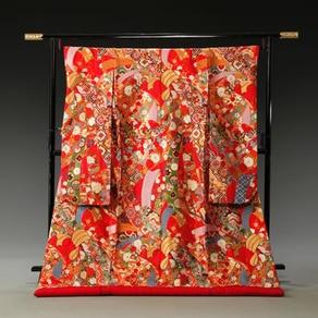 艶やかな赤の色打掛は花嫁の輝きを一層引き立てる門出の日にふさわしい衣装