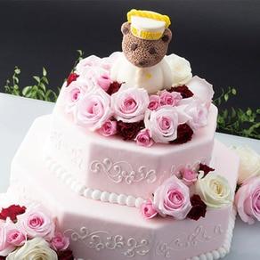 ページボーイの制服を着た愛らしいペニンシュラベアのケーキトッパーに思わず笑顔