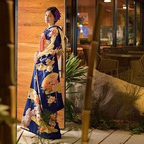 モダンな空間に佇む花嫁をひときわ艶やかに見せる色・柄ゆたかな和装
