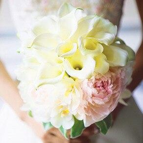 花嫁の手のなか咲き誇る いま庭園で摘んできたように 瑞々しいフレッシュブーケ