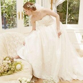 繊細なフラワーモチーフが愛らしい花嫁姿を演出する上品なプリンセスドレス