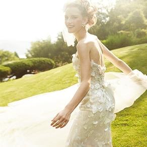 咲き誇るフラワーモチーフとシアーなオーバースカートが描きだす大人のピュアネス