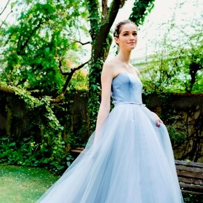 エアリーな印象が美しく残るそよ風にゆらめくニュアンスカラードレス