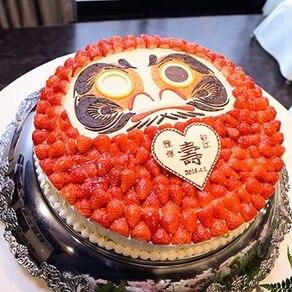 新郎新婦がチョコペンでダルマに目を入れるキュートなイチゴの生ケーキ