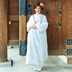 格調高い文様の刺繍と紅白のコントラストに凛と引き立つ花嫁姿