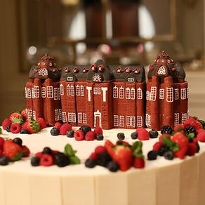 赤煉瓦の駅舎が ふたりの結婚式を見守る オリジナル感あふれるケーキ