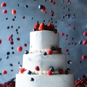 軽やかに、幸せに、リズミカルにベリーが踊るアーティスティックなケーキ