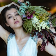 ナチュラルさのなかに芯の強さを漂わせるモダンな花あしらいが、お洒落な花嫁を演出
