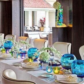 沖縄の海を象徴するような琉球ガラスの花器を使ったリゾート感あふれるアレンジ