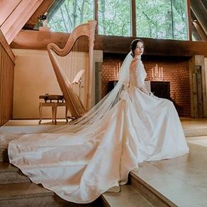 教会内に注ぐやわらかな光にピュアな美しさがあふれだす上質なAラインドレス