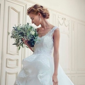 花嫁の存在感を記憶に残す ウエストのウェーブが印象的なスリーブレスドレス