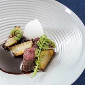 目にも鮮やかな料理を引き立てるのは厳選された食器とカトラリー