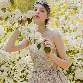 細やかな手仕事が光るオーバードレスで華やかに。2つの表情が魅力の一枚