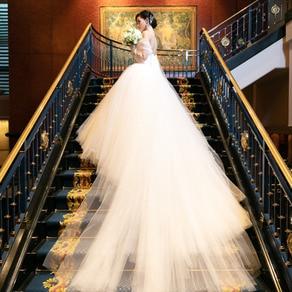 格調高い空間に調和する純白のドレスが、ドラマチックなシーンを演出
