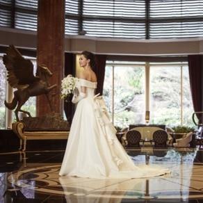 ヨーロピアンクラシックな上質空間に美しく映えるオーセンティックなドレス