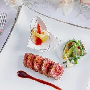 島の恵みを活かし和と琉球を融合させた料理を讃える琉球食器