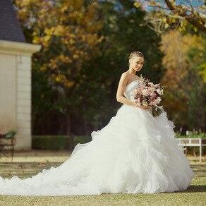 オーガンジーのみで仕立てたゴージャスなドレスはまるで大輪の花を思わせる存在感