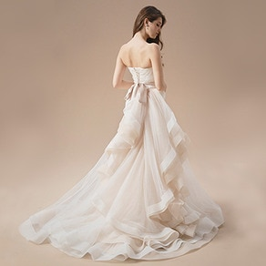 どの角度から見ても美しいバックリボンが大人可愛いアシンメトリーなドレス