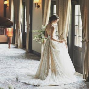 美しい光沢と陰翳、シルエット。自然体でいて常にオーラを纏う花嫁姿に